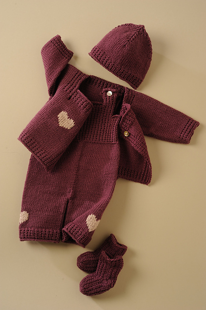 örgü bebek takımı yelek kapşonlu ve patik oluşan bordo renkte