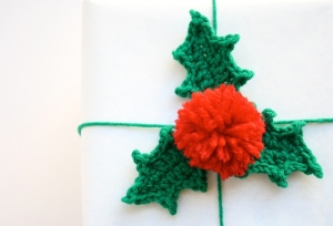 one-sheepish-girl-crochet-holly-leaf-gift-wrap-5